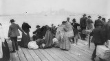 Emigrants en attente au large de New York