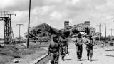 Soldats devant la gare maritime de Cherbourg, détruite pendant la seconde guerre mondiale